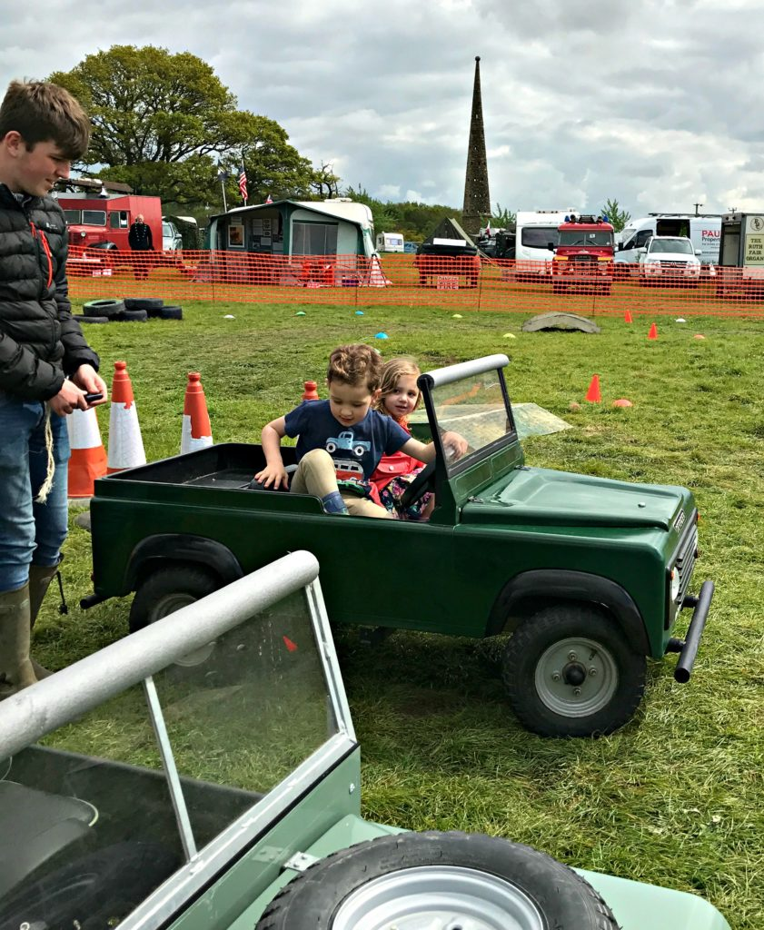 Kids-Driving-Mini-Landrover-Discovery
